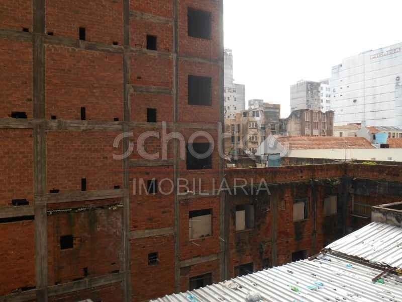 IMOBILIÁRIA SCHOTKIS ALUGA SALA COMERCIAL NA GALERIA DO ROSÁRIO, 4º ANDAR, FUNDOS, COM ELEVADORES, APROXIMADAMENTE 29M², PISO DE CARPETE, BANHEIRO, PORTARIA.